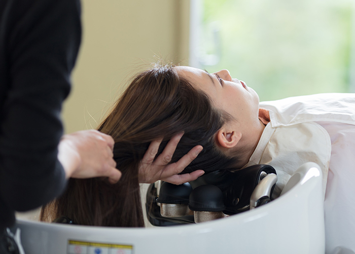美容室で施術を受ける女性